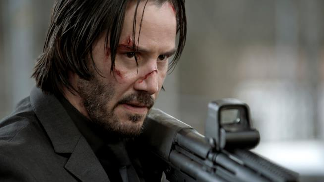 Keanu Reeves nei panni di John Wick imbraccia un fucile