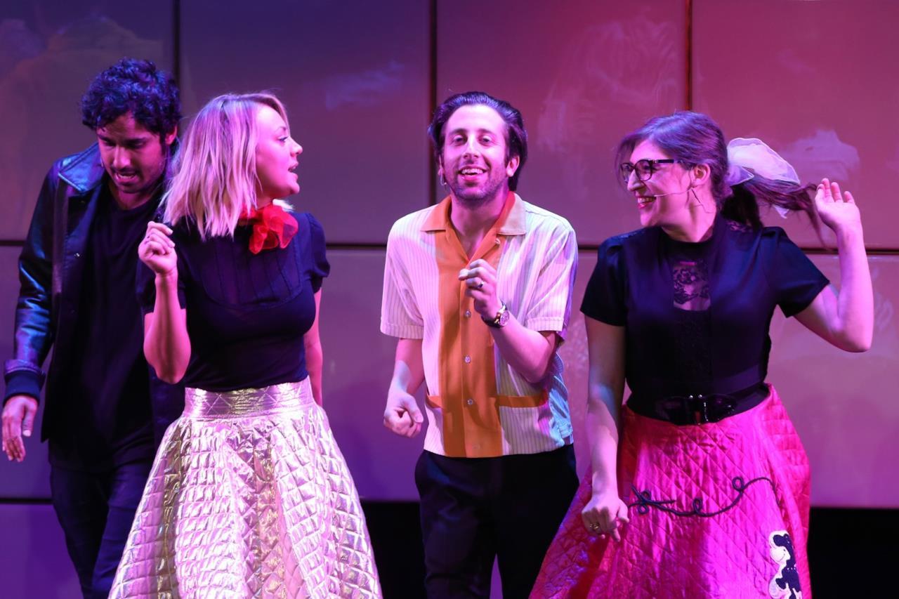 Il cast di The Big Bang Theory canta Grease al A Nigth at Sardi's.