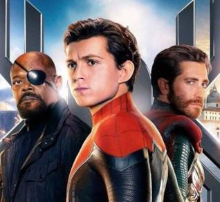 Un primo piano di Spider-Man a Venezia nel poster di Far From Home