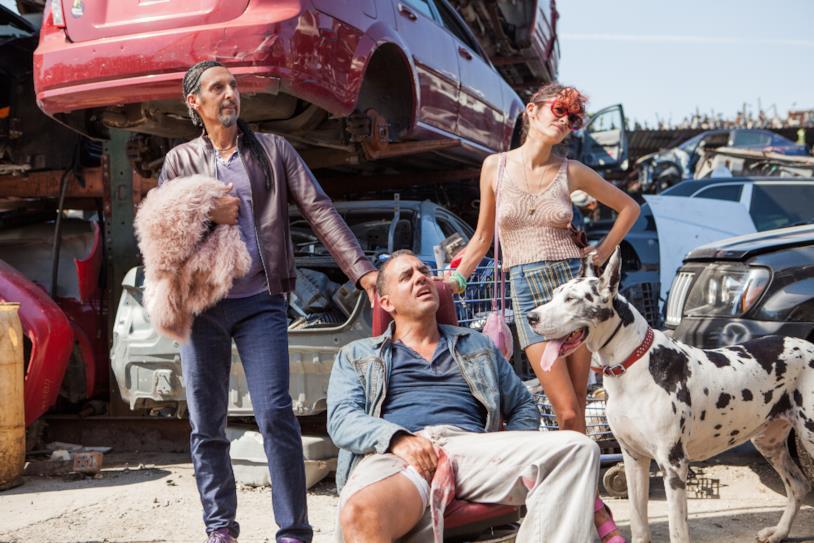 John Turturro, Bobby Cannavale e Audrey Tautou insieme a un cane in una scena del film Jesus Rolls