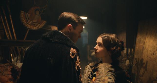 Nicholas Hoult e Lily Collins nei panni di Tolkien e la moglie Edith, in un luogo in penombra