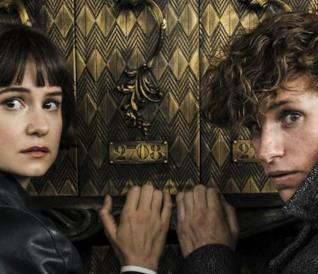Eddie Redmayne e Katherine Waterston vicino una porta