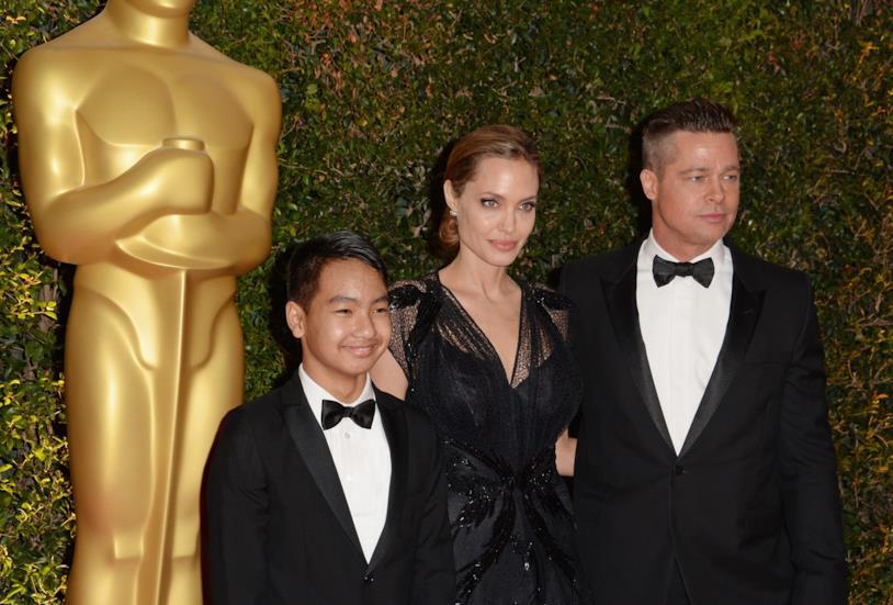 Primo piano di Angelina Jolie, Brad Pitt e il figlio Maddox
