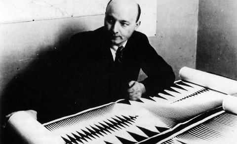 Oskar Fischinger, al lavoro su una delle sue composizioni