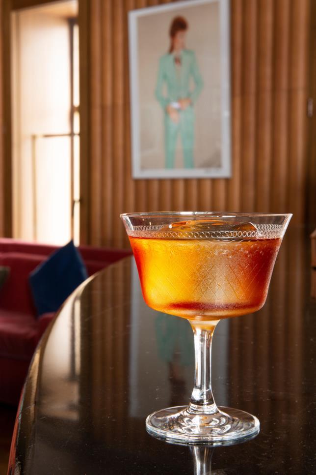 Primo piano di uno dei cocktail ispirati alla musica di David Bowie che verranno serviti al Ziggy's