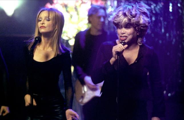 Ally McBeal canta al bar con Tina Turner.
