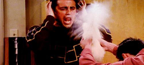 Joey e Chandler giocano con la gallina