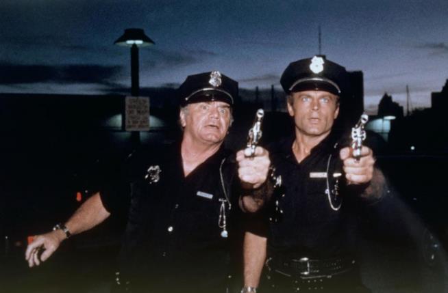 Ernest Borgnine e Terence Hill in una scena del film