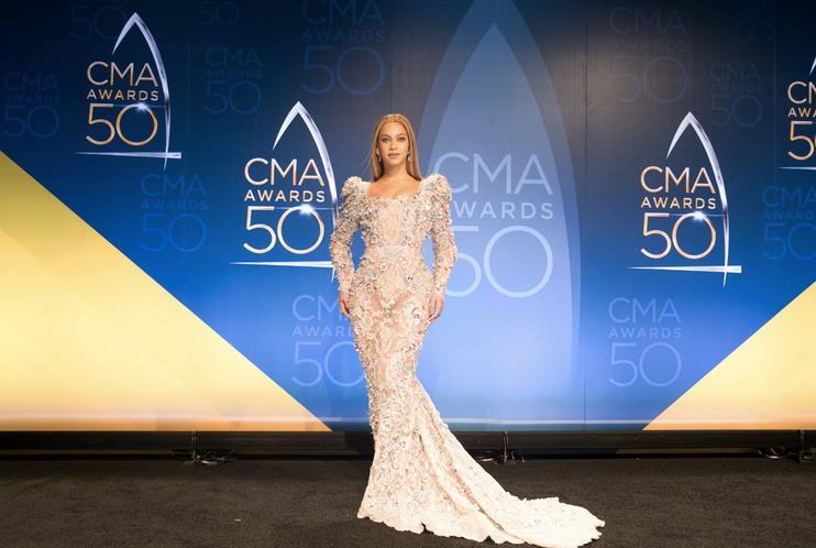 Beyoncé frontale mostra l'abito sul red carpet dei CMA Awards 2016