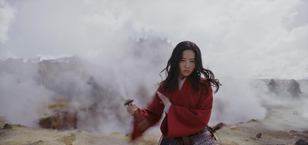 Mulan con la sua spada tra il fumo della battaglia