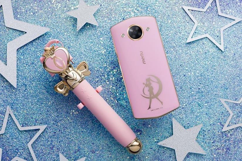 Il Meitu M8 di Sailor Moon con selfie stick