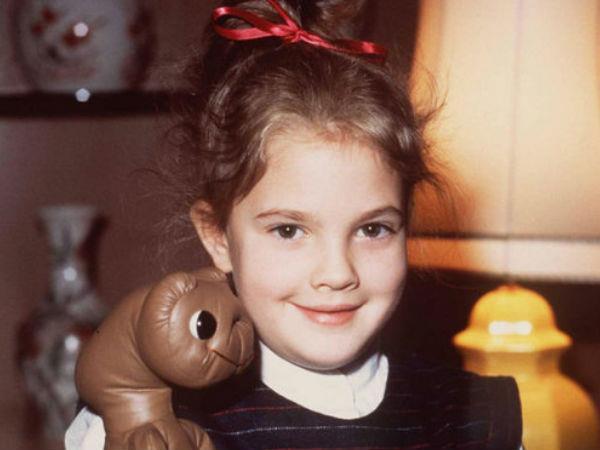 Drew da bambina con il pupazzo di E.T.