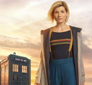 Mezzobusto di Jodie Whittaker nei panni di Doctor Who con il TARDIS alle sue spalle