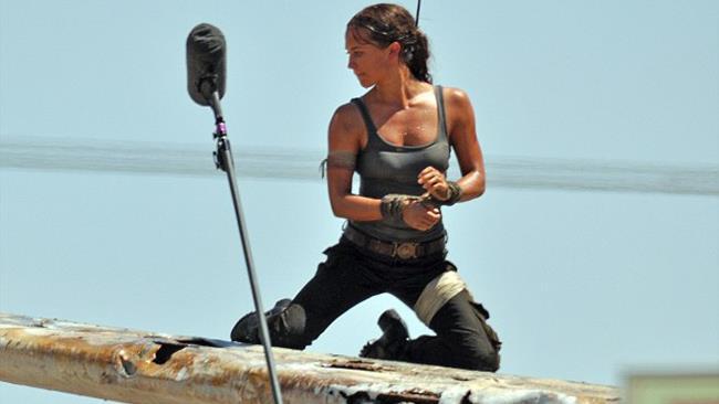 Alicia Vikander mentre gira una sequenza d'azione del nuovo Tomb Raider