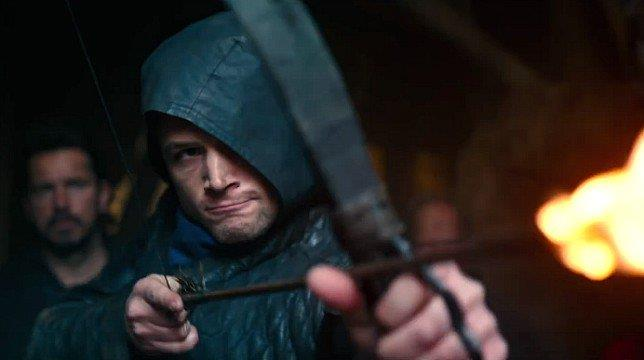 Taron Egerton è Robin Hood in una sequenza del film