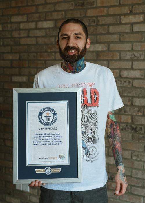 Rick Scolamiero mostra il suo Guinness World Record