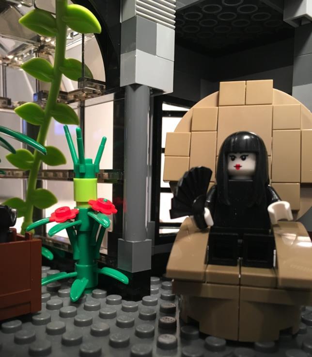 Dettagli del Minifgure LEGO di Morticia Addams seduta