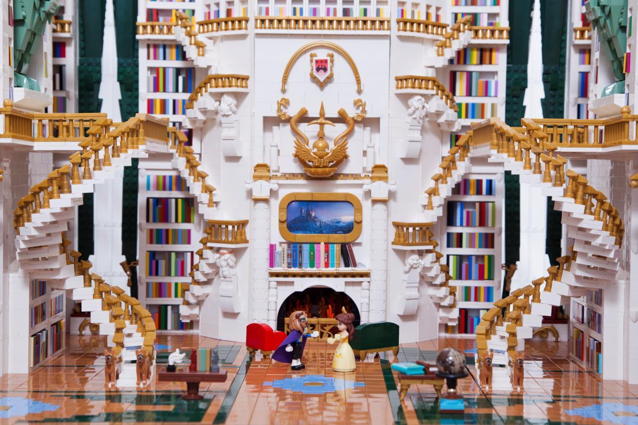 La biblioteca de La Bella e la Bestia: scale a chiocciole, elementi dorati e 5mila libri