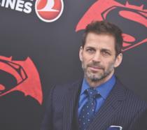 Mezzobusto di Zack Snyder su tabellone pubblicitario nero con il simbolo di Batman v Superman