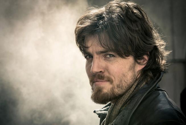 Tom Burke, un primo piano dell'attore che interpreta Cormoran Strike