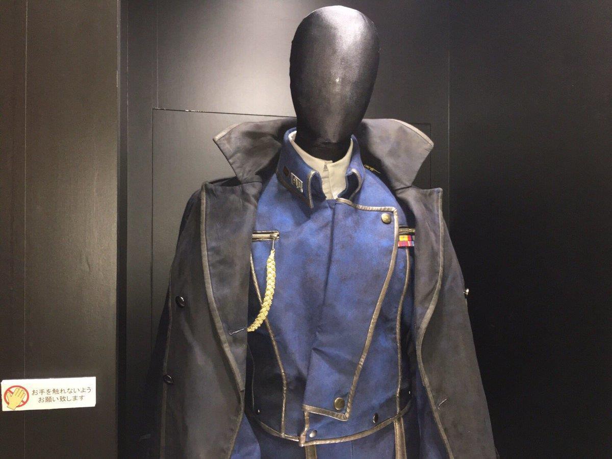 Il costume di Roy Mustang visto da vicino nella vetrina d'esposizione