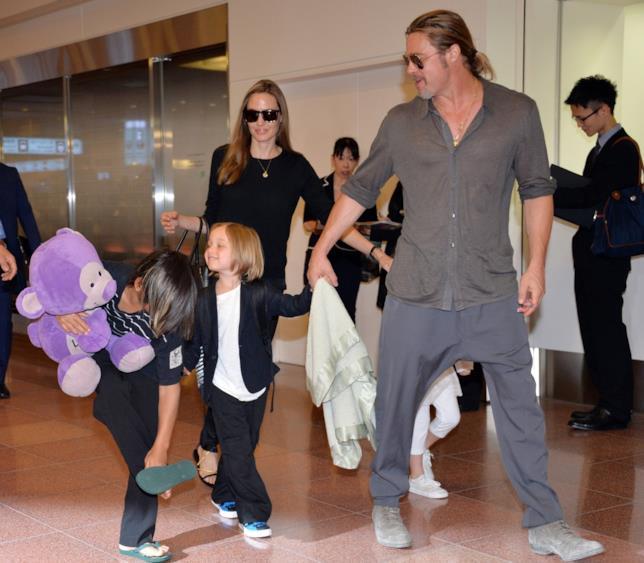 Immagine di Brad Pitt, Angelina Jolie e due dei loro figli