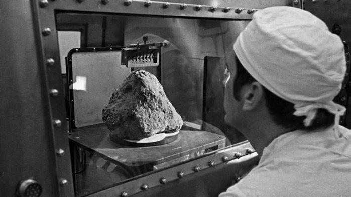 Una foto della roccia lunare con caratteristiche terrestri portata sulla Terra nel 1971
