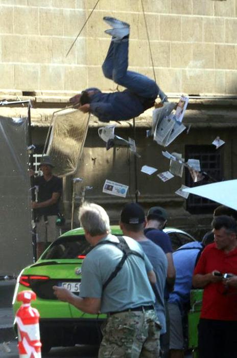 Primo piano del salto dello stuntman sul set del film Six Underground girato a Firenze