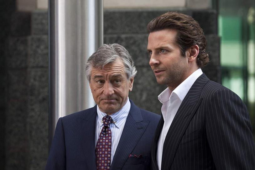 Robert De Niro e Bradley Cooper in una scena del film Limitless