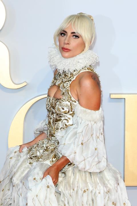 Alla premiere londinese di A Star is Born, Lady Gaga ha sorpreso tutti con un abito da sogno