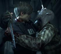 Leon contro uno zombie nel remake di Resident Evil 2