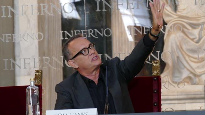 Tom Hanks illustra i dipinti del Salone dei Cinquecento alla stampa