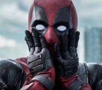 Deadpool con le mani sul volto