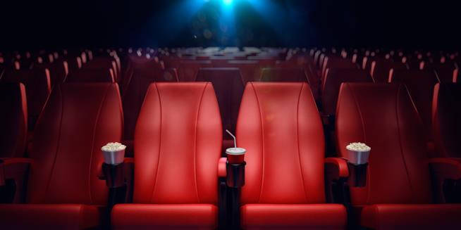 La sala cinematografica con i pop-corn negli spazi appositi nei sedili