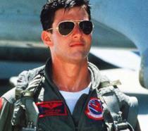 Tom Cruise con gli occhiali da sola e la divisa da aviatore in Top Gun