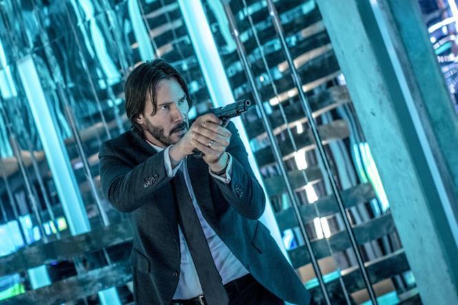 John Wick con la pistola in un labirinto di specchi