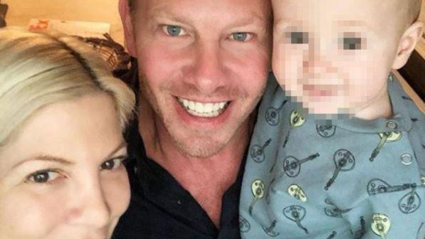 Tori Spelling, Ian Ziering e il figlio dell'attrice in uno scatto pubblicato su Instagram
