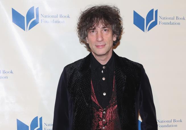Lo scrittore Neil Gaiman a una serata di gala