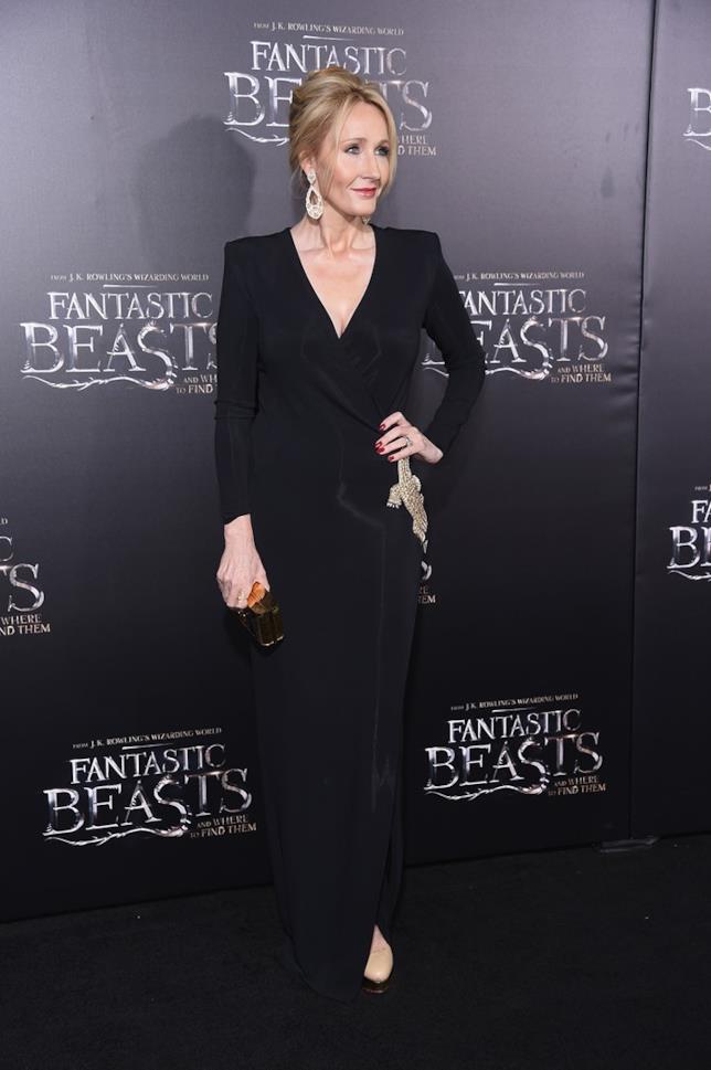 La scrittrice J.K. Rowling posa per i fotografi