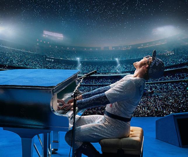 Taron Egerton suona il piano durante un concerto in una scena di Rocketman