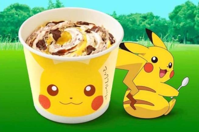 Pikachu posa accanto al suo McFlurry