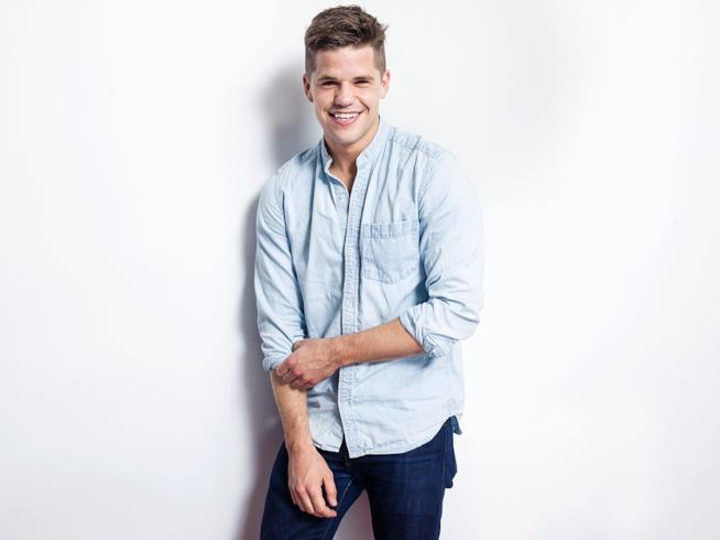 Charlie Carver in un'immagine promozionale