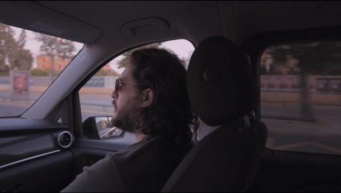 Kit Harington in auto a Siviglia, prima dell'incontro con i fan al rientro in albergo