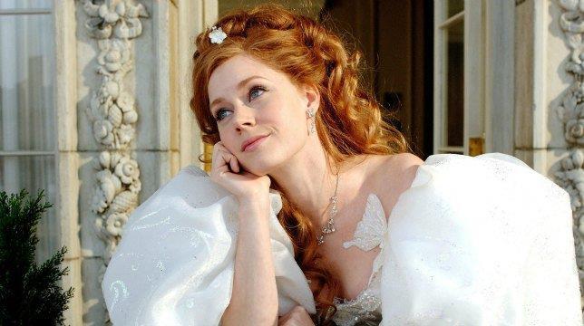 Una sognante Giselle affacciata alla finestra in una scena di Come d'incanto (2007)