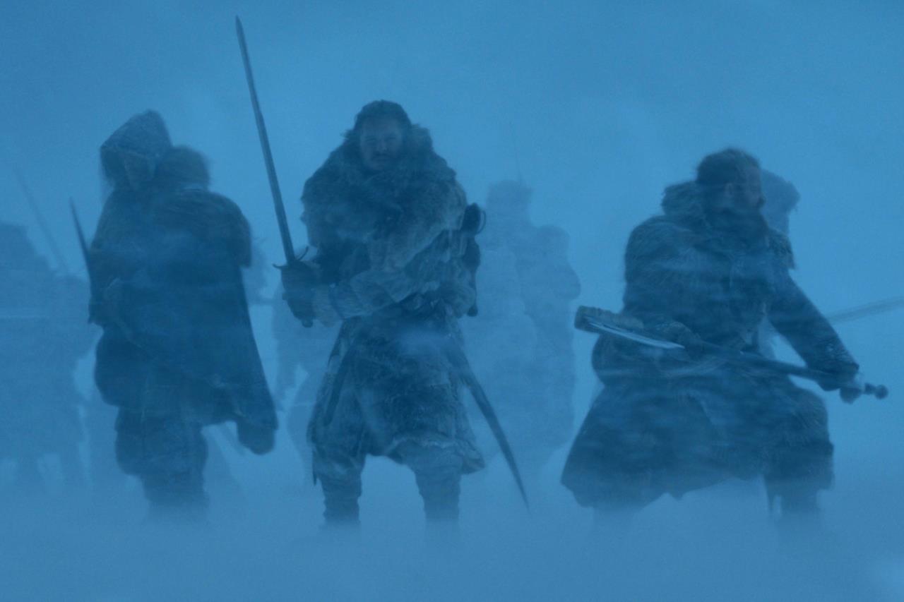 Jon Snow lotta con i compagni nella neve