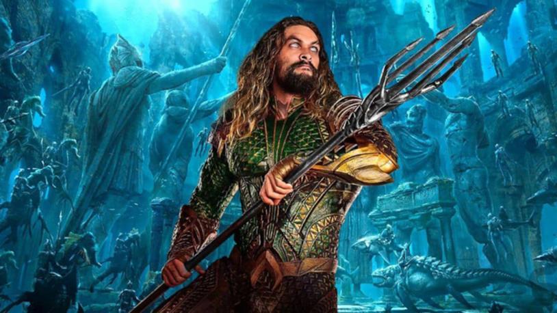 Mezzobusto di Jason Momoa nei panni di Aquaman, con un tridente tra le mani