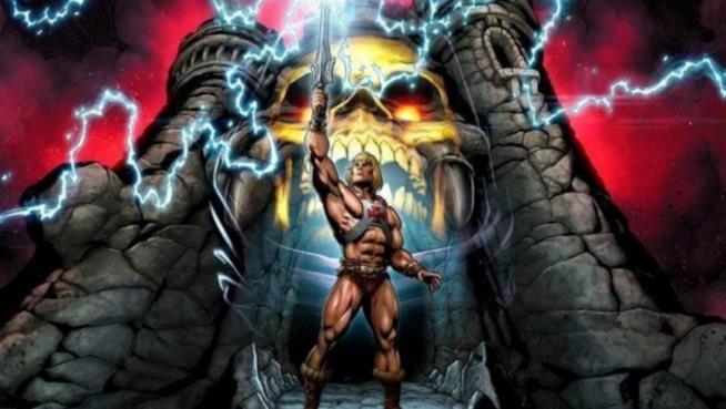 Una immagine che ritrae He-Man nella sua iconica posa mentre solleva la Spada del Potere