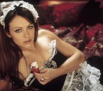 Elizabeth Hurley nelle vesti di cameriera sexy