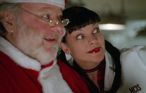 Abby di NCIS abbracciata a Babbo Natale in persona