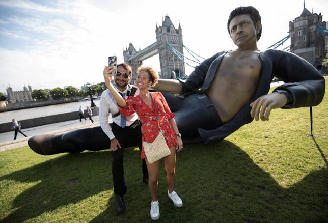 La statua di Jeff Goldblum fotografata come un monumento!